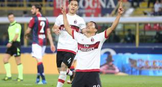 . Bologna (Italy), 07/05/2016.- Bologna's Carlos Bacca jubilates after scoring on penalty the goal during the Italian Serie A soccer match Bologna FC vs AC Milan at Dall'Ara stadium in Bologna, Italy, 07 May 2016. (Italia) EFE/EPA/GIORGIO BENVENUTI