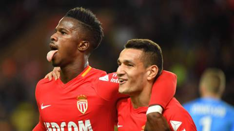 Monaco's Spanish forward Keita Balde (L) celebrates with teammates after scoring a goal during the French L1 football match Monaco (ASM) versus Guingamp (EAG) on November 4, 2017 at The Louis II  Stadium in Monaco. / AFP PHOTO / YANN COATSALIOU